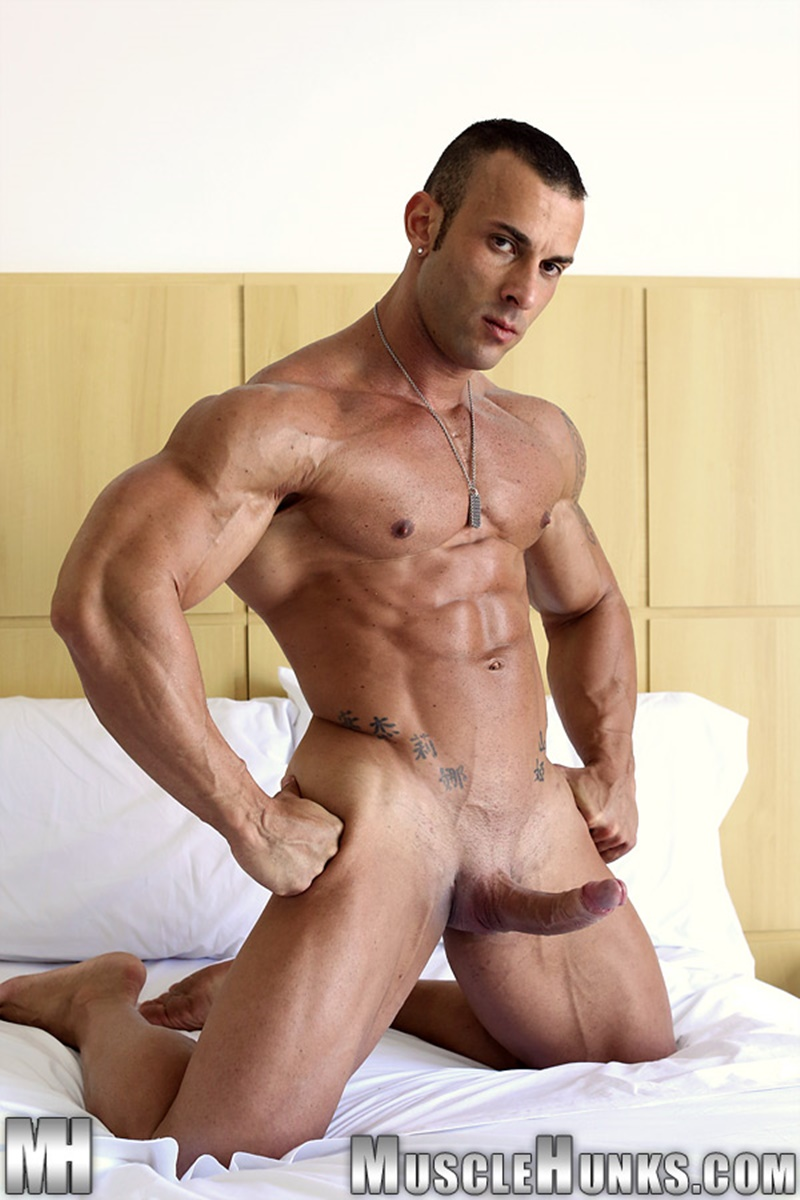 Muscle hunk fucks blonde